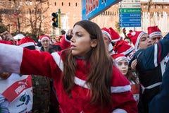 Bijna 10.000 Santas nemen aan Babbo deel Lopend in Milaan, Italië Stock Afbeeldingen