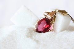 Bijou rouge rouge en sucre en cristal photo libre de droits