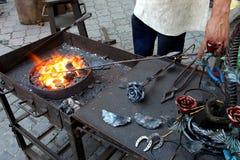 Bijou traditionnel en métal d'enclume de forgeron de fer travaillé de forgeron Photos libres de droits