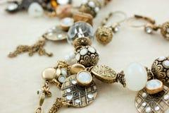 bijouterie配件箱明亮的女性珠宝皮革 免版税库存图片