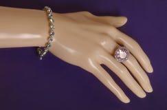 Bijouterie biżuterii pierścionek na mannequin ręce Obraz Royalty Free