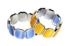 Bijouterie do bracelete em um suporte no fundo branco Fotografia de Stock