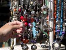 Bijouterie en un mercado de calle Foto de archivo libre de regalías