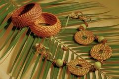 Bijouterie etnico su foglia di palma Immagine Stock