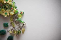 Bijouterie halsband av gröna pärlor Arkivbild