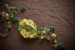 Bijouterie halsband av gröna pärlor Fotografering för Bildbyråer
