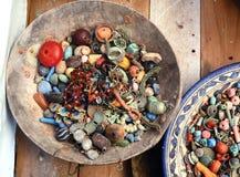 Bijouterie y gotas coloridos en un mercado de Essaouira Imagen de archivo libre de regalías