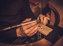 Bijoutier au travail dans l'atelier de bijoux Photos stock