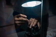 Bijoutier derrière le verre Travail avec des bijoux Photo stock