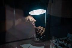 Bijoutier derrière le verre Travail avec des bijoux Photo libre de droits