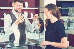 Bijoutier masculin professionnel aidant son client féminin au sto images libres de droits