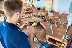 Bijoutier Working au Tableau image stock