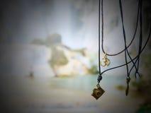 Bijoux accrochants avec le fond de cascade - Luang Prabang photo stock