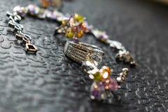 Bijoux argentés avec la zircone pierre-cubique colorée de différentes couleurs, nuances sensibles Rose de bijoux, vert, jaune et  photo stock