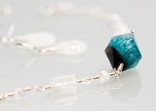 Bijoux argentés avec les pierres précieuses colorées Photographie stock libre de droits