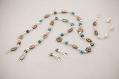 Bijoux argentés avec les pierres précieuses colorées image libre de droits
