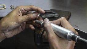Bijoux argentés de Ring Polishing Sanding et de nettoyage banque de vidéos
