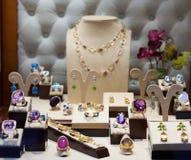 Bijoux avec des gemmes à l'étalage Photos stock