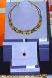 Bijoux avec les pierres précieuses Le luxe de la Chambre JUNWEX Moscou de bijoux d'esthète de collier Photo stock