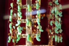 Bijoux d'or avec les pierres précieuses sur un fond rouge images libres de droits