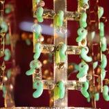 Bijoux d'or avec les pierres précieuses sur un fond rouge photos libres de droits