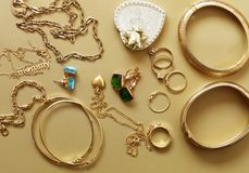 Bijoux d'or - pendants, bracelets, anneaux Photographie stock libre de droits