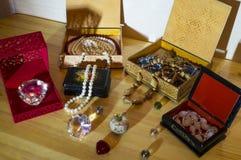 Bijoux dans des boîtes pour la beauté des femmes photographie stock libre de droits