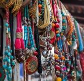 Bijoux dans la rangée des colliers et des bracelets Photos stock