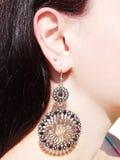 Bijoux de boucles d'oreille avec les cristaux lumineux dans l'oreille Photographie stock