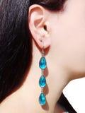 Bijoux de boucles d'oreille avec les cristaux lumineux dans l'oreille Photos libres de droits