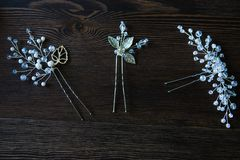 Bijoux de cheveux avec des perles et des fausses pierres photographie stock