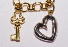 Bijoux de clé et de coeur avec le fond blanc Photos libres de droits