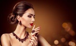 Bijoux de femme, boucle d'oreille rouge de collier de bijoux de gemmes et anneau, beauté de mode photographie stock