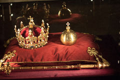 Bijoux de luxe de couronne sur le satin rouge Images stock
