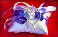 Bijoux de mariage la jeune mariée Photos stock