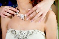 Bijoux de mariage pour la jeune mariée Photos stock