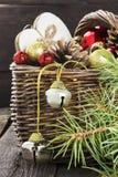 Bijoux de Noël dans un panier sur un fond en bois Image libre de droits