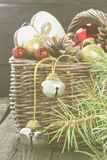 Bijoux de Noël dans un panier sur un fond en bois tonalité Photos stock