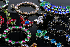 Bijoux de pierre gemme sur la table brillante noire Photo stock