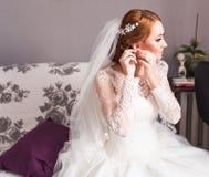 Bijoux de port de jeune mariée images libres de droits