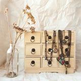 Bijoux de vintage sur une boîte de rangement Image libre de droits