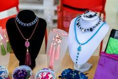 Bijoux du ` s de femmes sur les affichages spéciaux Images stock