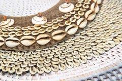 Bijoux en bois fabriqués à la main de coquille Images stock