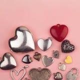 Bijoux en forme de coeur dans beaucoup de couleurs et de tailles Images libres de droits