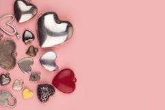 Bijoux en forme de coeur dans beaucoup de couleurs et de tailles Image stock