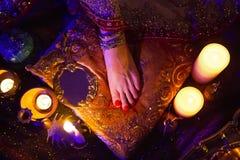 Bijoux et accessoires orientaux nuptiales d'or : Pied femelle avec Image libre de droits