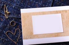 Bijoux et certificat d'or avec l'endroit vide pour la conception sur un fond bleu de denim Image libre de droits