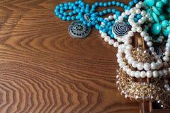 Bijoux et ornements de placer sur la table en bois Photo libre de droits
