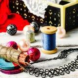 Bijoux et un outil de couture Image stock