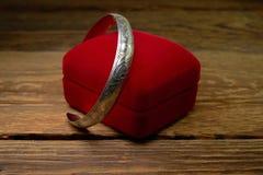 Bijoux féminins - beau vieux bracelet argenté photo stock